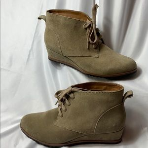New Susina Taupe Size 8.5 Reid Suede Wedge Boots